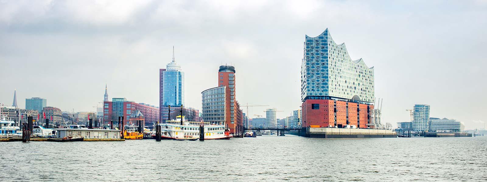 Elbe mit Gebäuden